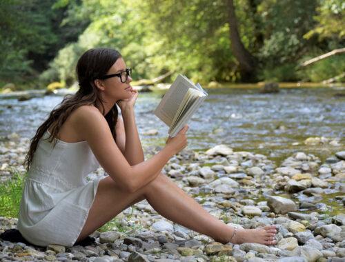 девушка, у реки, с книжкой