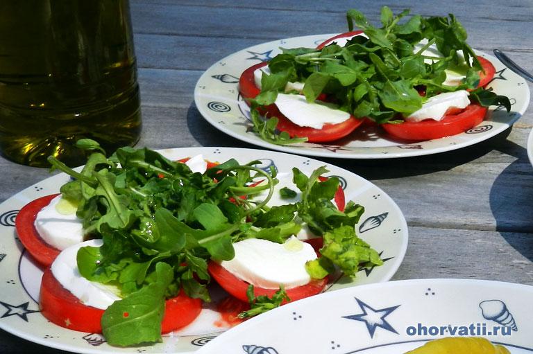 томаты с моцареллой, салат, помидоры