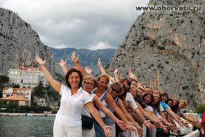 Омиш, туристы, руки вверх