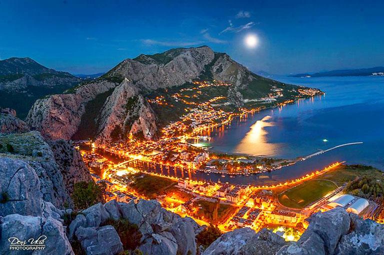 Омиш, вид, ДениУлич, вечер, огни, Хорватия