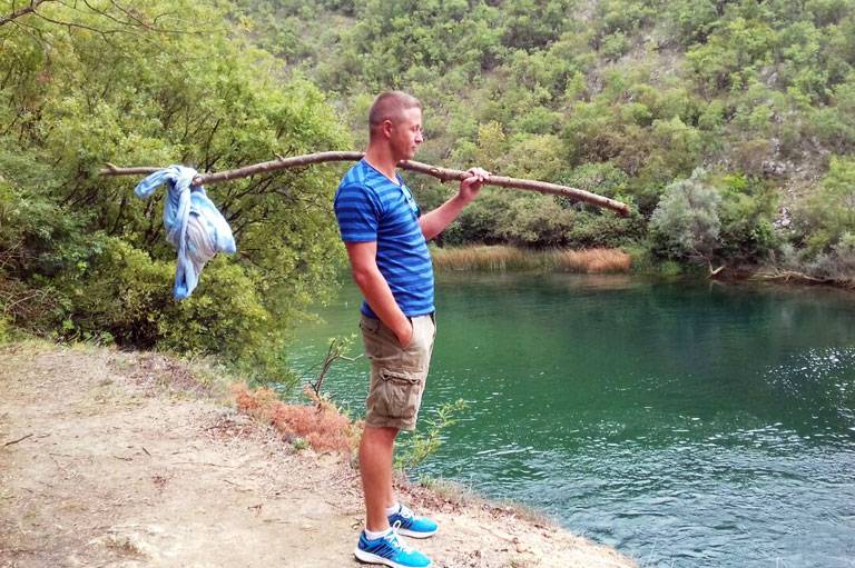 мужчина, с узелком, у реки
