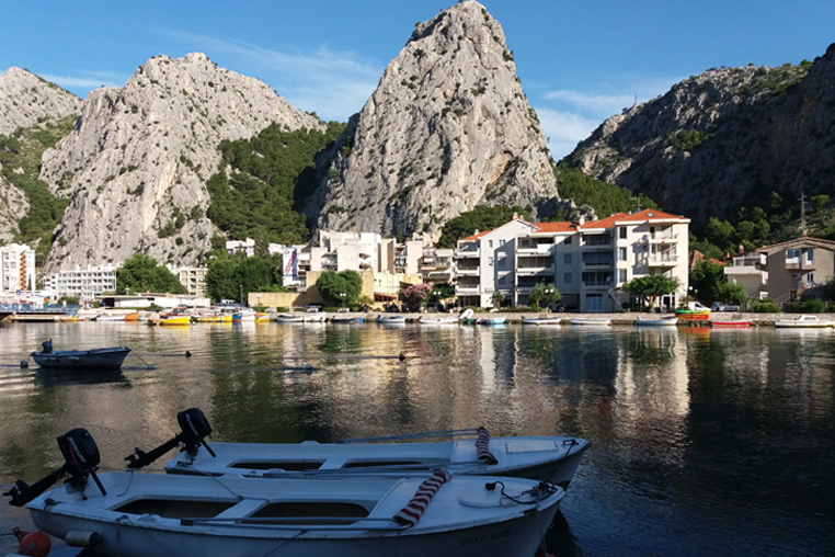 Омиш, утро, Цетина, лодки, горы
